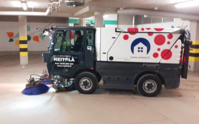 Autohallin puhdistusta Kiela-korttelissa